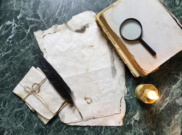 Papiers rétro et livre sur la table de travail de détective avec fond d'outils