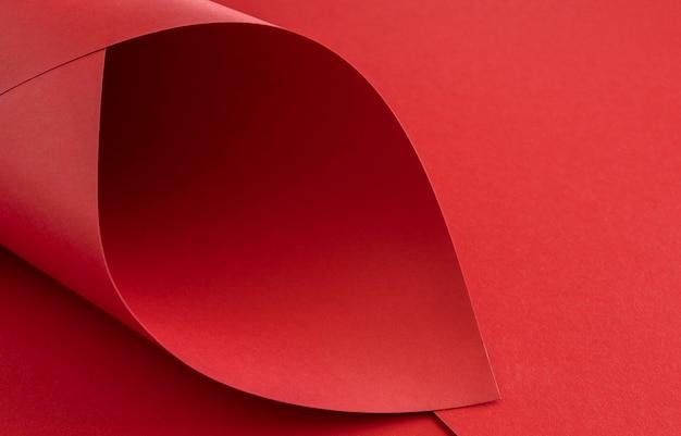 Papiers rouges élégants tordus