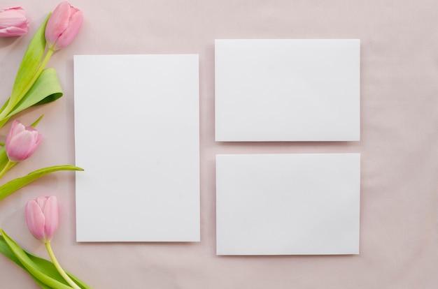 Papiers vides avec des fleurs de tulipes