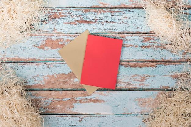 Papiers vierges avec paille décorative sur table