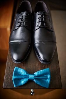 Papillon et chaussures du marié, matin