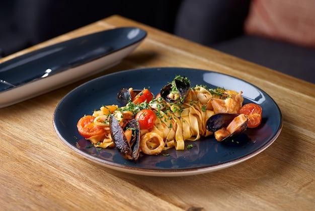 Pappardelle aux fruits de mer, moules et tomates. cuisine italienne