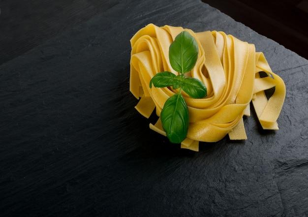 Pappardelle fettuccine de pâtes italiennes jaunes crues