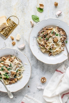 Pappardelle, plat de champignons et épinards