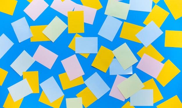 Papper de note colorée sur fond bleu pour la conception