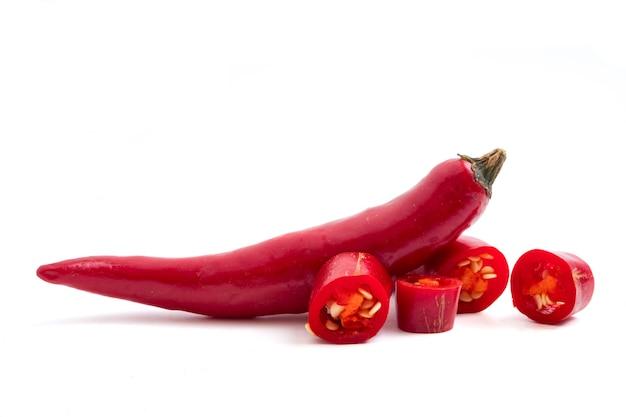 Papper de piment rouge frais sur fond blanc.