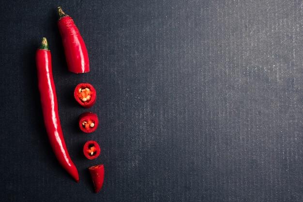 Papper de piment rouge frais sur fond noir. espace libre pour le texte