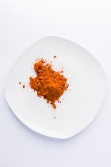 Paprika sur assiette sur fond blanc
