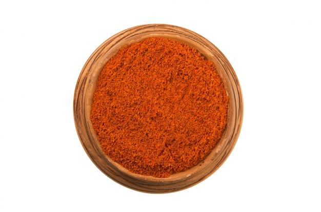 Paprika dans une tasse brillante isolée sur fond blanc