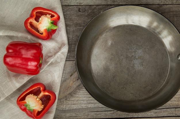 Paprika rouge et pan sur une planche en bois vintage. vue de dessus avec espace de copie.