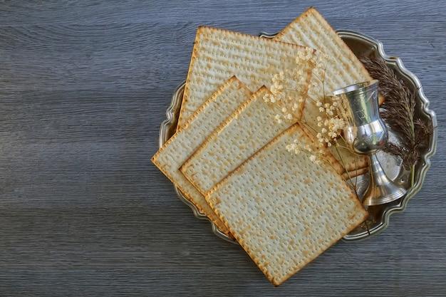 Pâque azyme de pessah avec du vin et du pain de la pâque juive azyme