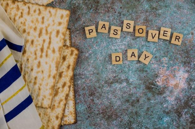 Pâque célébrant les grands symboles de la fête de la famille juive avec le talit traditionnel de la matsa casher