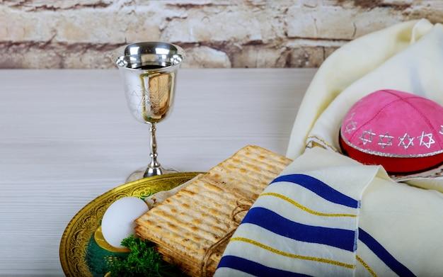 Pâque fond verres vin et pain de vacances juif matzoh sur planche de bois.