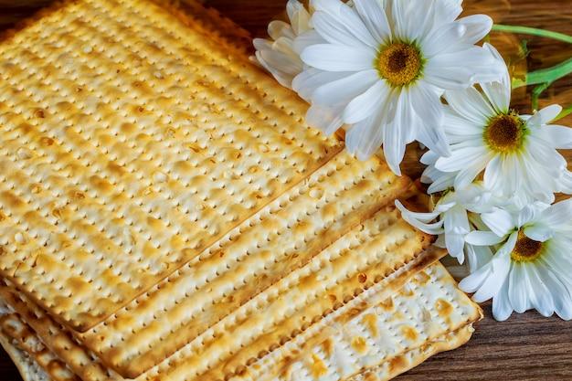 Pâque juive nourriture pessah matzoh gerbera blanc