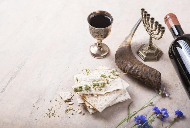 Pâque, matsa et vin rouge casher, shofar avec copie espace.