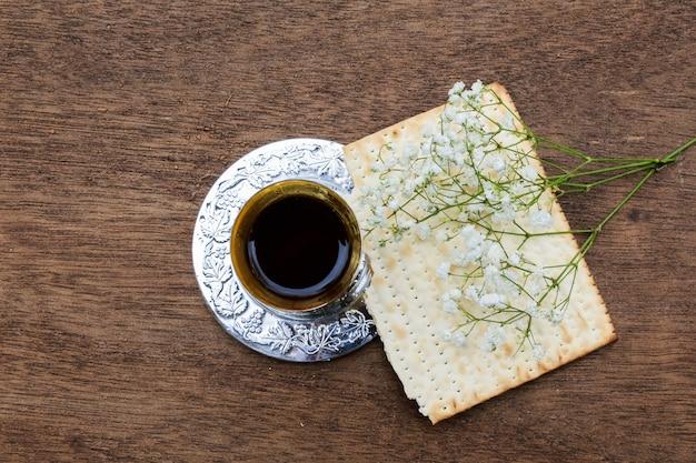 Pâque pâzo pâque avec du vin et du pain de pâque juif matzoh