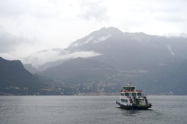 Le paquebot monte dans le lac de côme par temps nuageux.