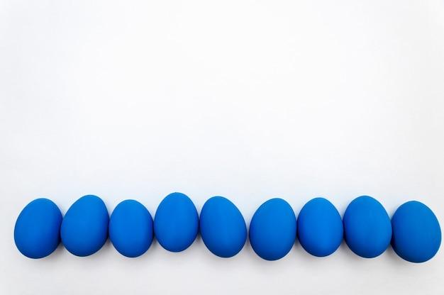 Pâques . concept de minimalisme. couleur tendance de l'année - bleu classique. vue de dessus à plat. copiez l'espace pour votre texte