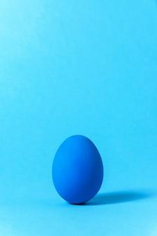 Pâques créative. concept de minimalisme. couleur tendance de l'année - bleu classique. copiez l'espace pour votre texte.