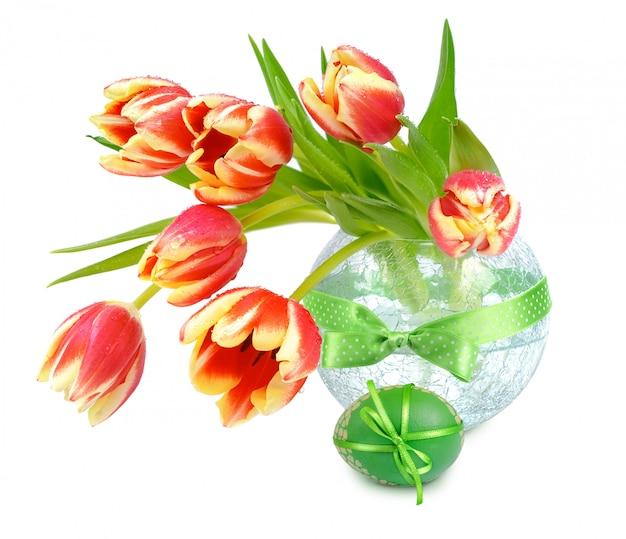 Pâques encore la vie avec des tulipes orange et des oeufs de pâques sur blanc