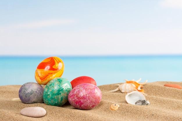 Pâques sur fond de plage. des œufs