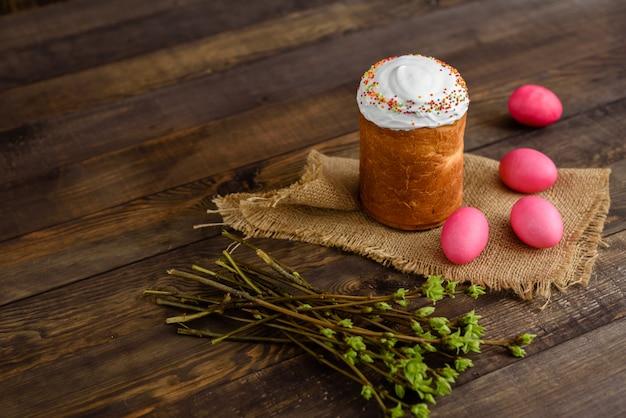 Pâques, gâteaux, œufs, vacances. gâteau de pâques et oeufs colorés sur fond sombre
