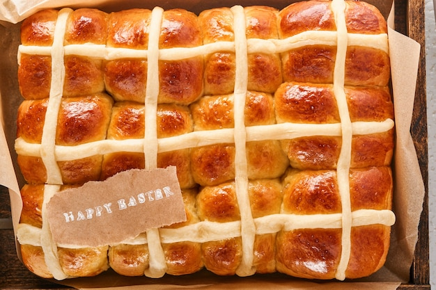 Pâques hot cross buns avec note de félicitations