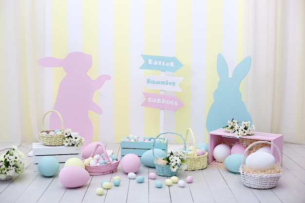 Pâques! intérieur de la salle de pâques coloré. beaucoup d'oeufs de pâques colorés avec des lapins et des paniers de fleurs! salle de jeux pour enfants. décoration de la salle du printemps et décoration de pâques. décoration de printemps et fleur de printemps