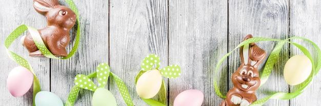 Pâques avec des lapins et des œufs