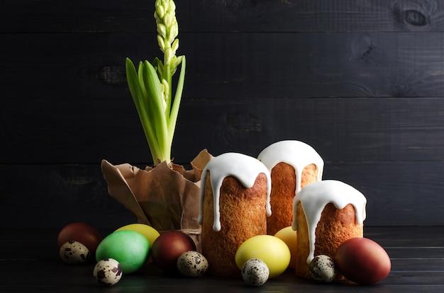 Pâques nature morte gâteau de pâques et œufs sur un fond sombre et en bois.