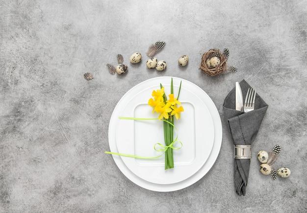 Pâques nature morte mise en place décoration oeufs fleurs