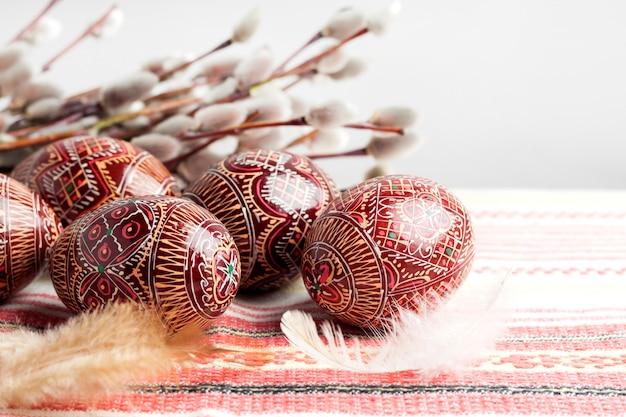 Pâques nature morte avec pysanka sur tissu ukrainien traditionnel