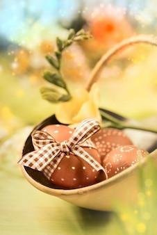 Pâques avec oeufs et fleurs de printemps
