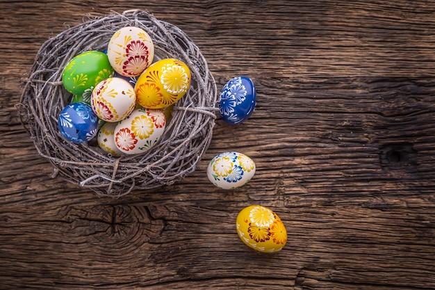 Pâques. oeufs de pâques faits à la main sur une vieille table en bois.