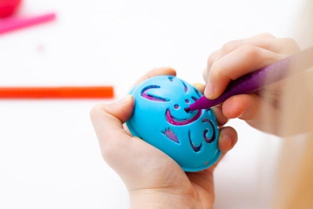Pâques et la peinture des oeufs. marqueurs colorés. modèle de modèle de lapin.