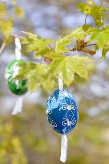 Pâques verte avec oeuf en bois bleu