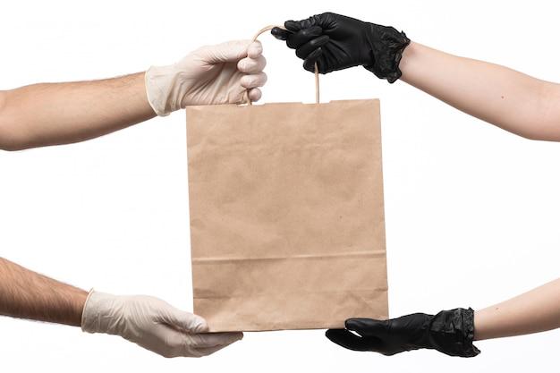 Un paquet alimentaire en papier vue de face livrant de femme à homme sur blanc