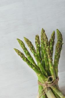 Paquet d'asperges vertes sur blanc