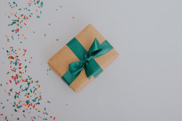 Paquet cadeau avec noeud vert