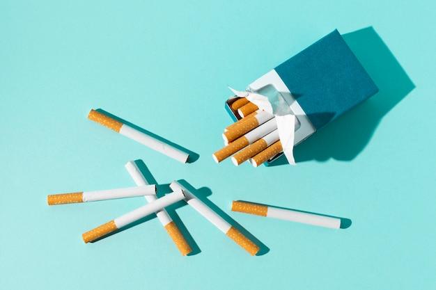 Paquet de cigarettes sur fond bleu