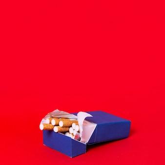 Paquet de cigarettes avec fond rouge