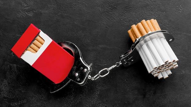 Paquet de cigarettes avec des menottes