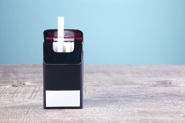 Un paquet de cigarettes sur la table
