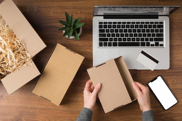 Paquet de cyber lundi à plat à côté d'un ordinateur portable