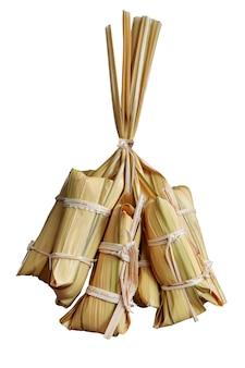 Paquet de dessert original thaïlandais par des feuilles de palmier de mangrove blanc isolé