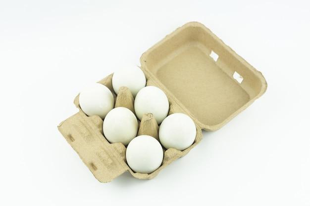 Paquet d'oeufs de canard isolé sur fond blanc