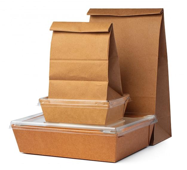 Paquet de papier artisanal pour la nourriture sur blanc