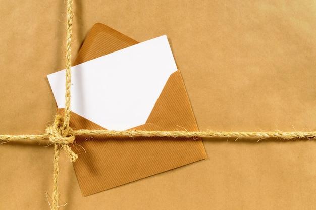 Paquet de papier brun avec enveloppe