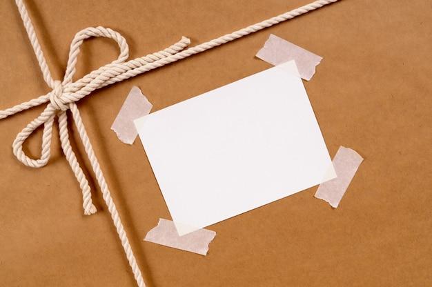 Paquet de papier brun avec étiquette désordonnée