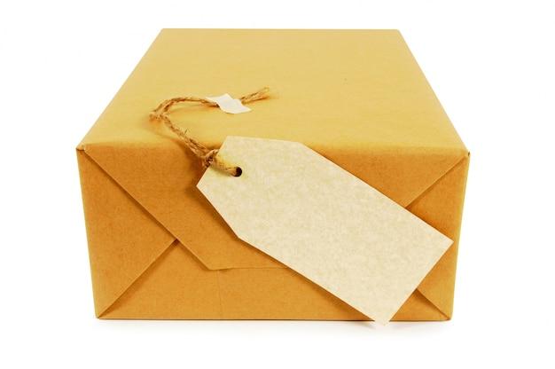 Paquet de papier brun avec étiquette